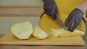 Αρσενικά τεμαχίζοντας φρούτα μαγείρων απόθεμα βίντεο