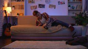 Αρσενικός έφηβος που έρχεται κατ' οίκον με το μπουκάλι της μπύρας, επιβλαβής εθισμός οινοπνεύματος απόθεμα βίντεο