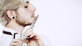 Αρσενικός φλαουτίστας που παίζει το φλάουτό του στοκ φωτογραφία με δικαίωμα ελεύθερης χρήσης