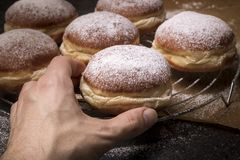 Αρσενικό χέρι που παίρνει νόστιμο doughnut στοκ φωτογραφία με δικαίωμα ελεύθερης χρήσης