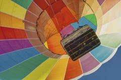 Αρχίστε ένα ζωηρόχρωμο μπαλόνι ουράνιων τόξων στοκ φωτογραφία με δικαίωμα ελεύθερης χρήσης