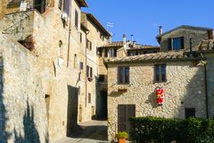 Αρχαία σπίτια πετρών και τούβλου στο ιστορικό κέντρο του SAN Gimignano στοκ φωτογραφία με δικαίωμα ελεύθερης χρήσης