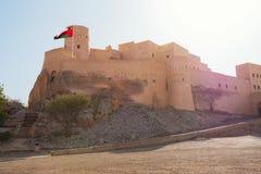 Αρχαίο οχυρό Nakhal με τη σημαία στοκ εικόνα με δικαίωμα ελεύθερης χρήσης