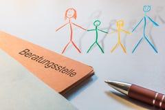 Αρχείο με τη γερμανική λέξη για την παροχή συμβουλών του κέντρου και μιας χρωματισμένης οικογένειας ως τρισδιάστατο Illsutration διανυσματική απεικόνιση