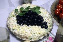 Αρχική φυτική σαλάτα με τη μαγιονέζα, τα πράσινα και τις ελιές στοκ εικόνα