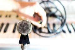 Ασημένιο μικρόφωνο στην κινηματογράφηση σε πρώτο πλάνο ραφιών στοκ φωτογραφία