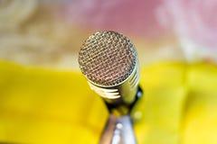 Ασημένιο μικρόφωνο στην κινηματογράφηση σε πρώτο πλάνο ραφιών στοκ εικόνες
