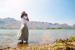 Ασιατική φωτογραφία πυροβολισμού γυναικών ευτυχής ταξιδιώτης Ελευθερία και τρόπος ζωής στοκ φωτογραφία με δικαίωμα ελεύθερης χρήσης