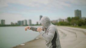 Ασκήσεις ενός νέες αθλητικές ατόμων τραίνων εγκιβωτισμού στα πλαίσια της πόλης και της λίμνης, σε αργή κίνηση, midle πυροβολισμός απόθεμα βίντεο