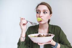 αστεία γυναίκα που τρώει τα πράσινα σαλάτας Χαριτωμένο κορίτσι με ένα πιάτο της σαλάτας στα χέρια τους Υγιής κατανάλωση και υγιή  στοκ εικόνες με δικαίωμα ελεύθερης χρήσης