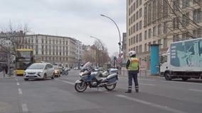 Αστυνομικός με μια μοτοσικλέτα που δημιουργεί ένα οδόφραγμα στο Βερολίνο, Γερμανία απόθεμα βίντεο