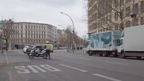Αστυνομικός με μια μοτοσικλέτα που δημιουργεί ένα οδόφραγμα στο Βερολίνο, Γερμανία φιλμ μικρού μήκους