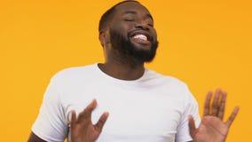 Ατόμων αφροαμερικάνων γύρω, απομόνωση τη διασκέδαση στο κίτρινο υπόβαθρο φιλμ μικρού μήκους