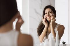 Αφαιρέστε makeup καθημερινά την έννοια στοκ εικόνα με δικαίωμα ελεύθερης χρήσης