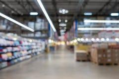 Αφηρημένη λεωφόρος αγορών θαμπάδων στο εσωτερικό τμημάτων και μαγαζί λιανικής πώλησης για το υπόβαθρο στοκ εικόνα