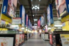 Αφηρημένη λεωφόρος αγορών θαμπάδων στο εσωτερικό τμημάτων και μαγαζί λιανικής πώλησης για το υπόβαθρο στοκ εικόνα με δικαίωμα ελεύθερης χρήσης