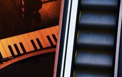 Αφηρημένη φωτογραφία με την κυλιόμενη σκάλα στοκ εικόνα