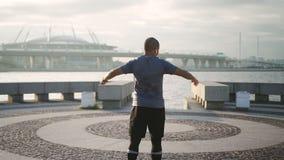 Αφρικανικός απομονωμένος δρομέας που κάνει το σπάσιμο στην καρδιο άσκηση στο αστικό ανάχωμα απόθεμα βίντεο