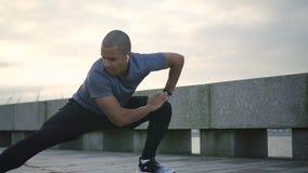 Αφρικανικό jogger που θερμαίνει για την έντονη καρδιο κατάρτιση φιλμ μικρού μήκους