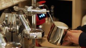 Αφρός γάλακτος ήττας σε μια επαγγελματική μηχανή καφέ απόθεμα βίντεο