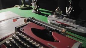 Αυθεντικό παλαιό γραφείο και παλαιά γραφομηχανή σε το απόθεμα βίντεο