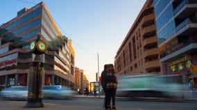 Αυτοκίνητα χρονικού σφάλματος και περπατώντας πεζός με τη μακροχρόνια έκθεση στην όμορφη εικονική παράσταση πόλης υποβάθρου στο η απόθεμα βίντεο