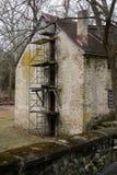 Αυτό το παλαιό σπίτι είναι δεδομένου ότι μπορείτε να δείτε το ικρίωμα στοκ εικόνες