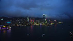 Απίστευτη άποψη από τον κηφήνα επάνω από την πόλη Χογκ Κογκ νύχτας, τα φω'τα και τους ουρανοξύστες απόθεμα βίντεο