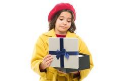 Απογοητευτική αγορά Παιδιών μοντέρνο κιβώτιο δώρων λαβής ανοικτό Το κορίτσι χαριτωμένο λίγα γυναικεία παλτό και beret ρίχνει έξω  στοκ φωτογραφία με δικαίωμα ελεύθερης χρήσης
