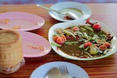 Απορρίματα τροφίμων που τοποθετούνται στον πίνακα στοκ εικόνες