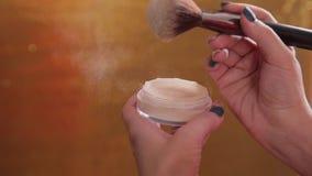 Αποτελέστε τη βούρτσα και τη χρωματισμένη ανατίναξη μορίων σκονών απόθεμα βίντεο