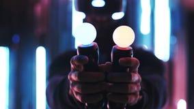 Απρόσωπο παιχνίδι ατόμων στην κάσκα VR στα φω'τα νέου φιλμ μικρού μήκους