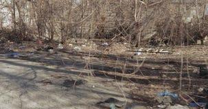 Απόρριψη απορριμάτων σε μια κατοικήσιμη περιοχή φιλμ μικρού μήκους