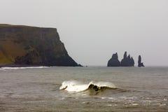 Απότομοι βράχοι βασαλτών στη νότια ακτή της Ισλανδίας κοντά σε Vik στοκ φωτογραφίες