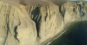 Απότομος βράχος που αγνοεί τη θάλασσα απόθεμα βίντεο