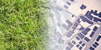 Από τη φύση σε μια νέα πόλη - εικόνα έννοιας με μια πράσινη περιοχή χλόης που εξασθενίζει στο χάρτη μιας φανταστικής πόλης με τα  στοκ φωτογραφία