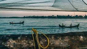 Βάρκα δύο και κινεζικά δίχτυα του ψαρέματος στο οχυρό Kochi, Κεράλα, Ινδία στοκ εικόνες