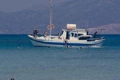 Βάρκα στην άγκυρα, άνθρωποι που κολυμπά με αναπνευτήρα, Κρήτη Ελλάδα στοκ φωτογραφία