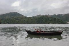 Βάρκα στο μέτωπο στο ομιχλώδες βουνό στοκ φωτογραφία με δικαίωμα ελεύθερης χρήσης