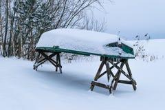 Βάρκα που καλύπτεται πράσινη με το χιόνι στοκ φωτογραφίες με δικαίωμα ελεύθερης χρήσης
