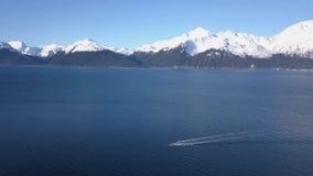 Βάρκες εργασίας στο από την Αλάσκα νερό φιλμ μικρού μήκους