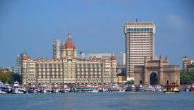 Βάρκες που ελλιμενίζουν κοντά στην εικονική πύλη της Ινδίας σε Mumbai στοκ φωτογραφία