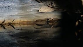 Βάρκες που ταξιδεύουν μέσω των σπηλιών