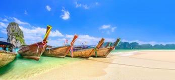 Βάρκες Longtail κοντά στο AO Nang, Krabi Ταϊλάνδη στοκ φωτογραφία