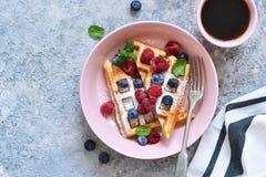 Βάφλες βανίλιας με το μούρο σε ένα πιάτο για το πρόγευμα στον πίνακα κουζινών στοκ φωτογραφία με δικαίωμα ελεύθερης χρήσης