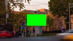 Βίντεο χρονικού σφάλματος Διαφήμιση του πίνακα διαφημίσεων με την πράσινη οθόνη στο κέντρο της εικονικής παράστασης πόλης φθινοπώ απόθεμα βίντεο