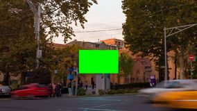 Βίντεο χρονικού σφάλματος Διαφήμιση του πίνακα διαφημίσεων με την πράσινη οθόνη στο κέντρο της εικονικής παράστασης πόλης φθινοπώ φιλμ μικρού μήκους