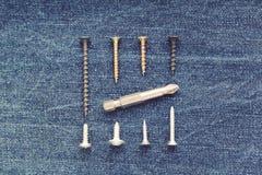 Βίδες και κομμάτια για το κατσαβίδι που σχεδιάζεται στο τζιν στοκ εικόνες με δικαίωμα ελεύθερης χρήσης