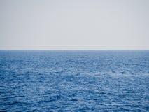 Βαθιά μπλε ευμετάβλητη θάλασσα - τίποτα στον ορίζοντα στοκ φωτογραφία