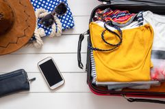 Βαλίτσες για θερινές διακοπές, ταξίδι στοκ εικόνα